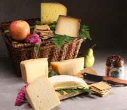 Farmhouse Cheese Basket With 6 Cheeses